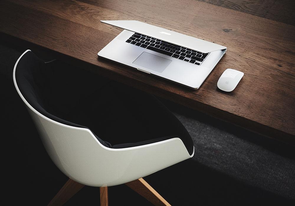 Skrivbord med dator